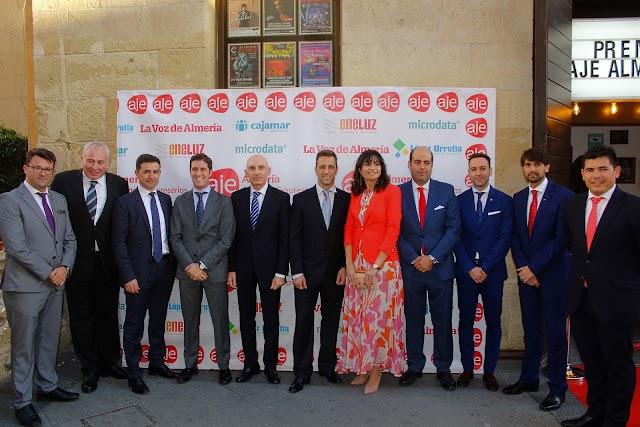El presidente de AJE Almería y su Junta Directiva con los patrocinadores.