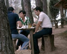 Photo: Luglio 1977: pic nic alla fattoria di Pietrafitta sulle colline toscane in gita con amici