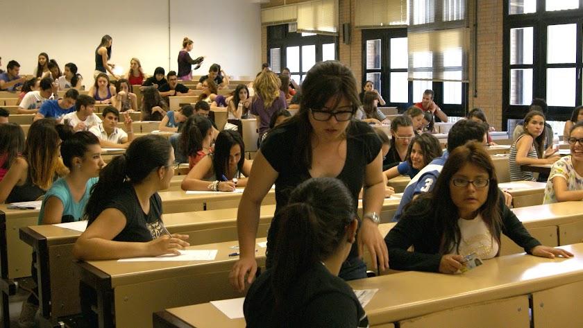 Estudiantes en un examen de selectividad de años anteriores.