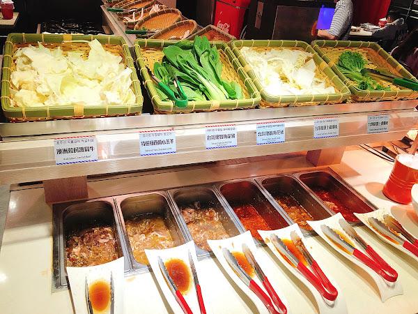 肉品分牛羊豬雞固定部位 雖然不多 但肉蠻嫩的~ 涼拌小菜就比較不好吃 但火鍋料很多種 韓國拉麵也很好吃 飲料選擇也不少 整天以398這個價位 還不錯 如果價格變貴的話就完全不推了~