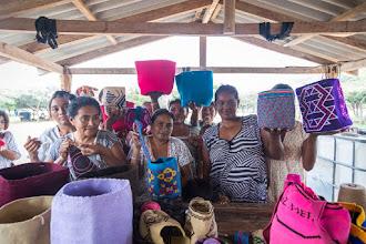 Photo: Mujeres artesanas y sus mochilas - comunidad de Pesuapa - Maicao