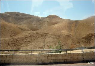 Photo: Мы выехали из Иерусалима и за окном автобуса в основном была бесплодная жаркая пустыня (это в мае месяце).