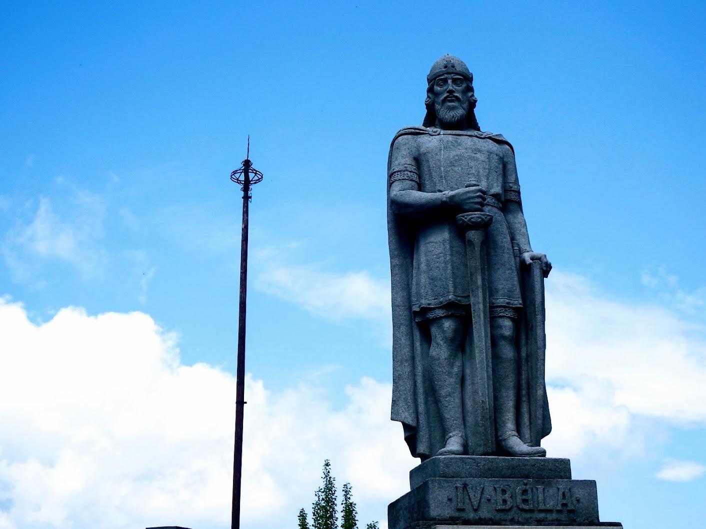 Visegrád - IV. Béla-szobor a Városkapunál