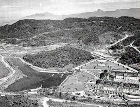 Photo: Foto aérea do bairro e do Palácio Quitandinha, bem como seu lago em forma de Mapa do Brasil. Na época o local era quase inabitado. Foto de 1944
