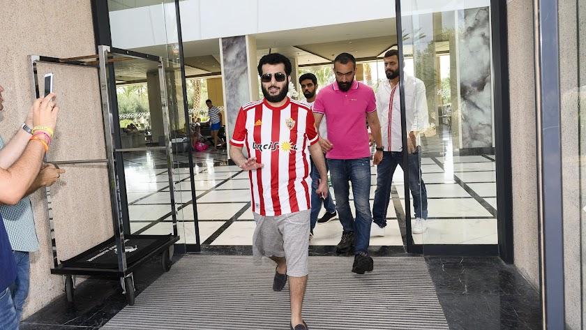 Turki Al-Sheikh, saliendo del Hotel Golf Almerimar hace un año.