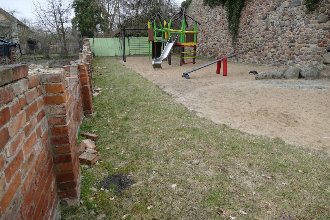 Marode Spielplatzmauer und morsche Spielgeräte. Der Gartzer Kinderspielplatz. Foto: Andreas Schwarze/TWP