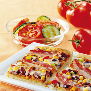Pizza Mexicana mit Speck, Mais und Paprika