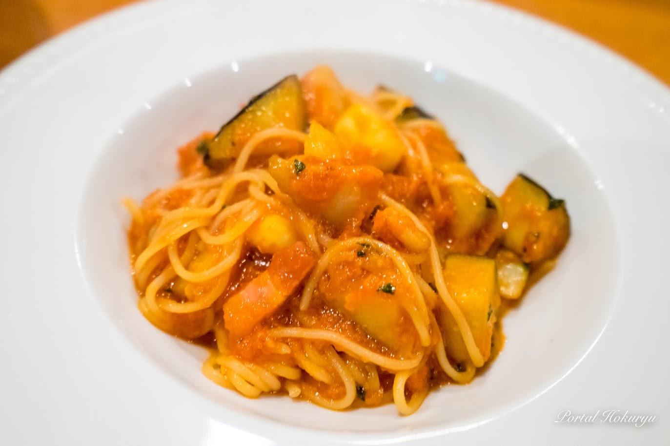夏野菜とベーコンのトマトソースパスタの完成