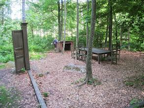 Photo: Værsgo´ at træde ind! En spisestue midt i skoven. William synes, deter sjovt og indbydende i al frihed at klatre rundt på møbler og inventar.  'Dining Room', værk af Melissa Martin, amerikansk kunstner. Spisestue uden vægge og loft - gulvet udgøres af skoven og der vokser træer gennem møblerne. Da Dining Room var færdigt som værk, serverede Martin to betydningsfulde slags middage ved bordet - Thanksgiving-middagen fra sit eget hjemland og den svenske julemiddag. Et gennemgående tema i Martins værker er relationen mellem den menneskelige krop og sociale ritualer som at spise sammen.