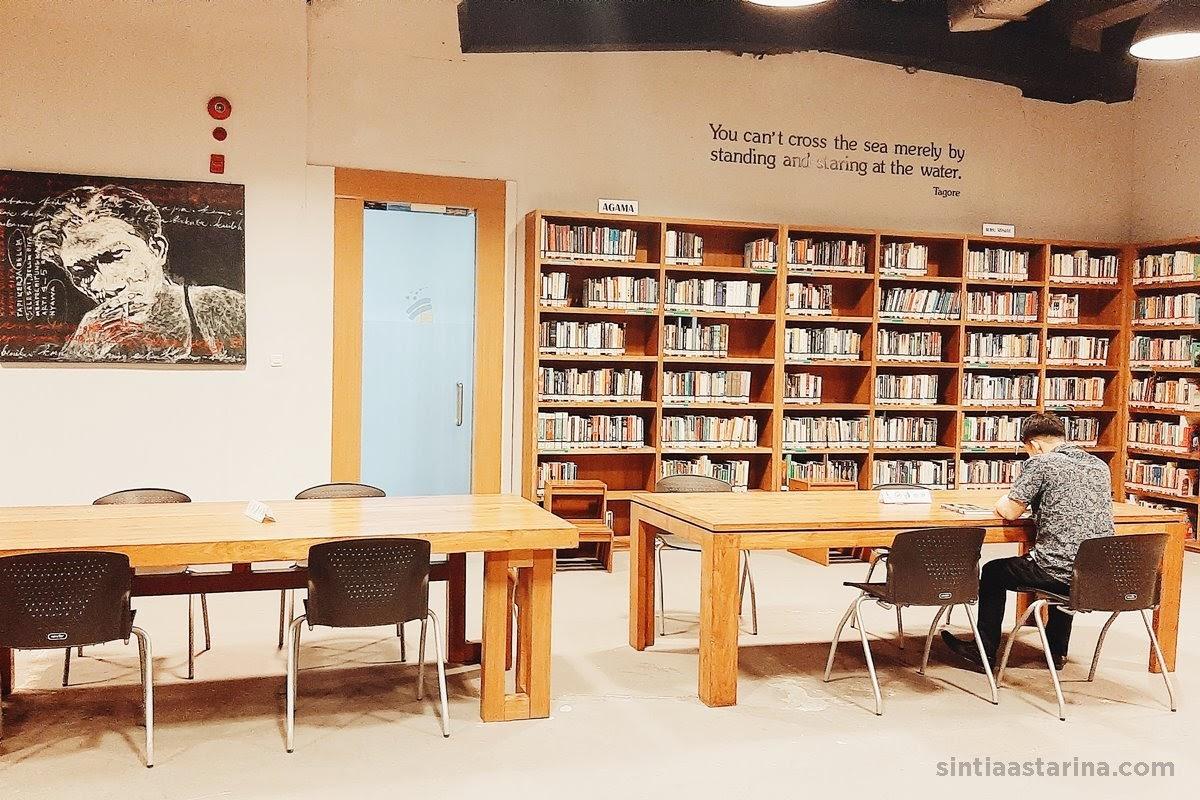 di Perpustakaan Freedom Institute, kamu bisa bebas memilih tempat yang nyaman untuk kamu membaca buku.