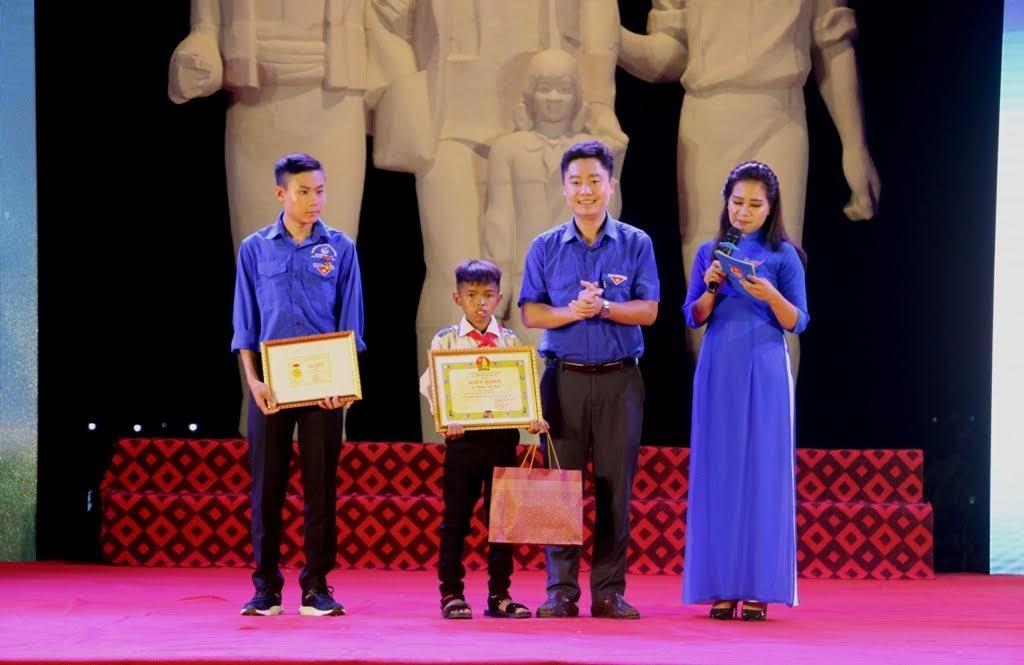Ban Thường vụ Đoàn trao tặng Huy hiệu Tuổi trẻ dũng cảm của Trung ương Đoàn cho em Lương Thế Mạnh với hành động cứu người trong đợt mưa lũ vừa qua và tặng Giấy khen, quà cho em Moong Văn Kiều vì đã có hành động dũng cảm