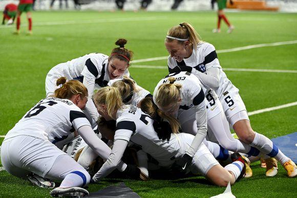 https://img.yle.fi/urheilu/jalkapallo/article11800784.ece/ALTERNATES/w580/Helmarit%20juhlii