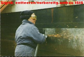 Photo: Das Entfernen von dicken Teerlagen und Rost war nur dem Winkelschleifer möglich. Das Abschleifen bei bis zu -10/15Grad im Winter ging nur mit vielen Kleidungsschichten übereinander
