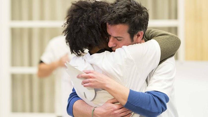 Abrazo entre el padre de Gabriel y la detenida tras las concentración del viernes