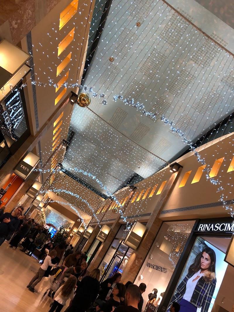 Black Friday presso il centro commerciale di Molfetta. (BA) di francesco_lops
