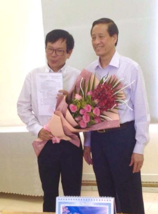 PGS.TS Nguyễn Đình Phư nhận hoa và Quyết định từ Ông Phan Đình Tân, Chủ tịch Hội đồng Quản trị Trường Đại học Quang Trung