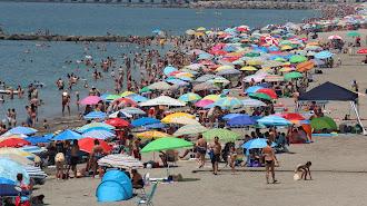 Aglomeración de ciudadanos en la playa de la capital