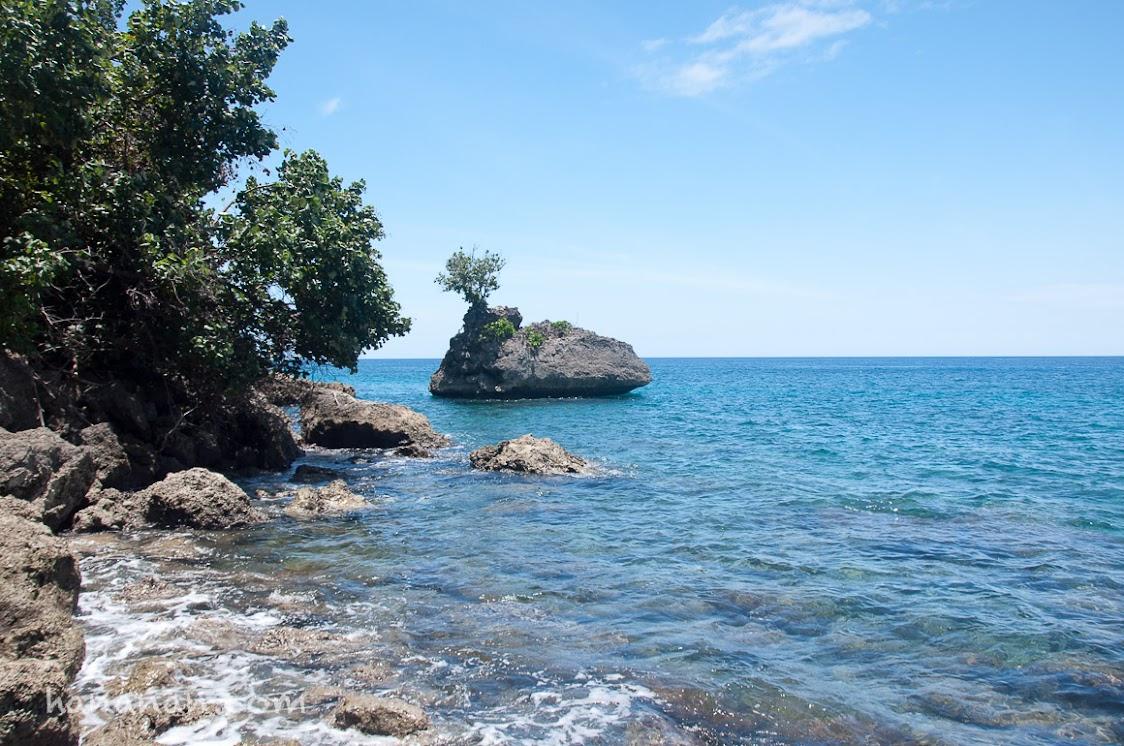 Pulau karang di bawah tebing.