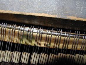 Photo: Marques d'usure sillet PQ Gaveau 1925 - a remplacer - parasites dans le timbre, difficulté pour accorder- le sillet faiat maintenant partie du cadre en fonte, et est souvent durci par cémentation.