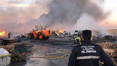 Labores de extinción del incendio en Reciclajes Lunimar.