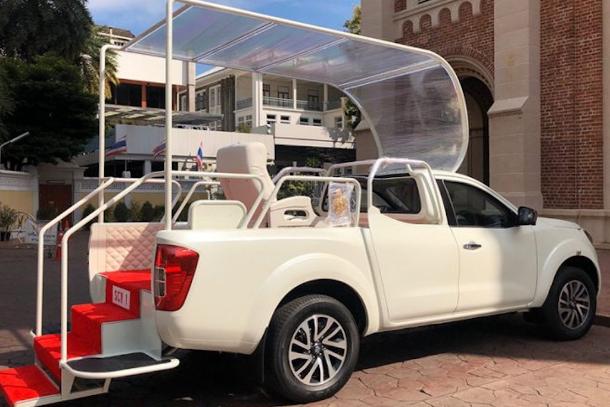 Xe giáo hoàng ở Bangkok là một chiếc Nissan bán tải khiêm nhường