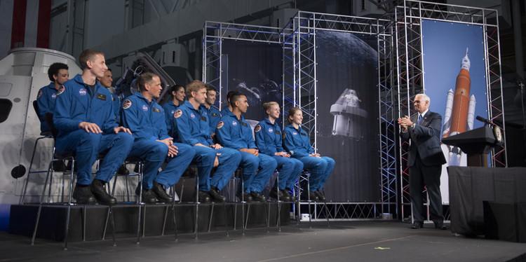 Phó Tổng thống Mỹ Mike Pence phát biểu tại buổi lễ công bố ở Trung tâm Không gian Johnson ở thành phố Houston, bang Texas.