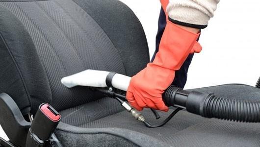 Hút bụi trên bề mặt ghế ô tô