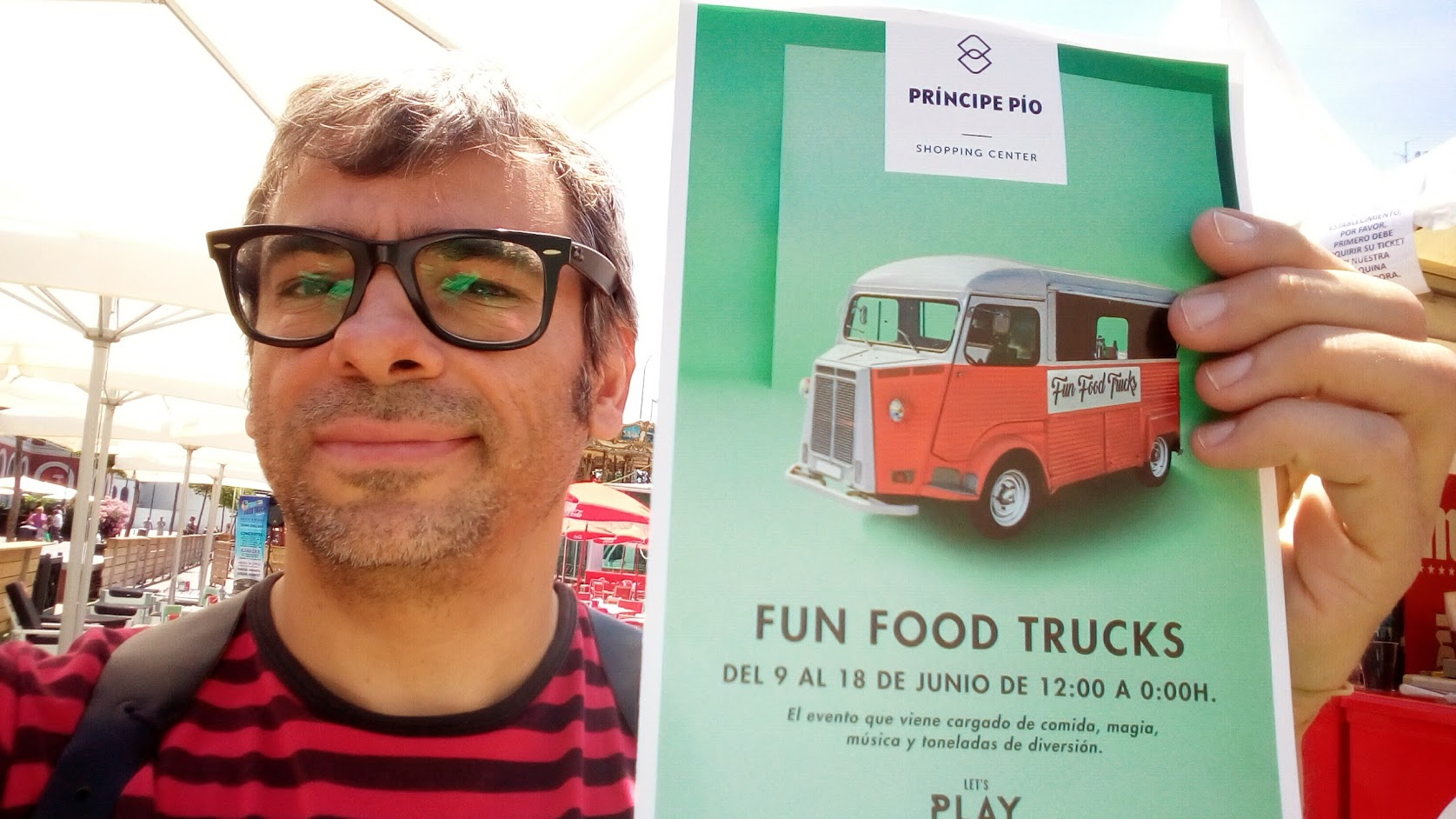 mago Alfonso V sujetando cartel de evento fun food trucks 2017