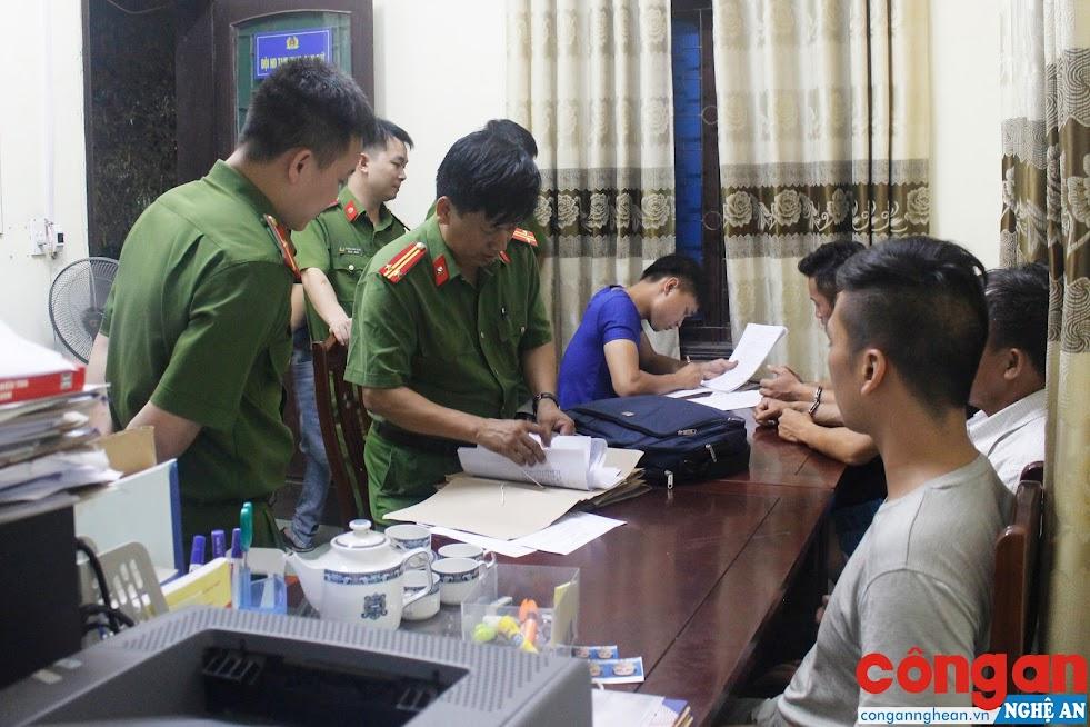 Cán bộ Phòng Cảnh sát Thi hành án hình sự và Hỗ trợ tư pháp làm thủ tục bàn giao các đối tượng trốn nã cho các lực lượng chức năng xử lý theo thẩm quyền