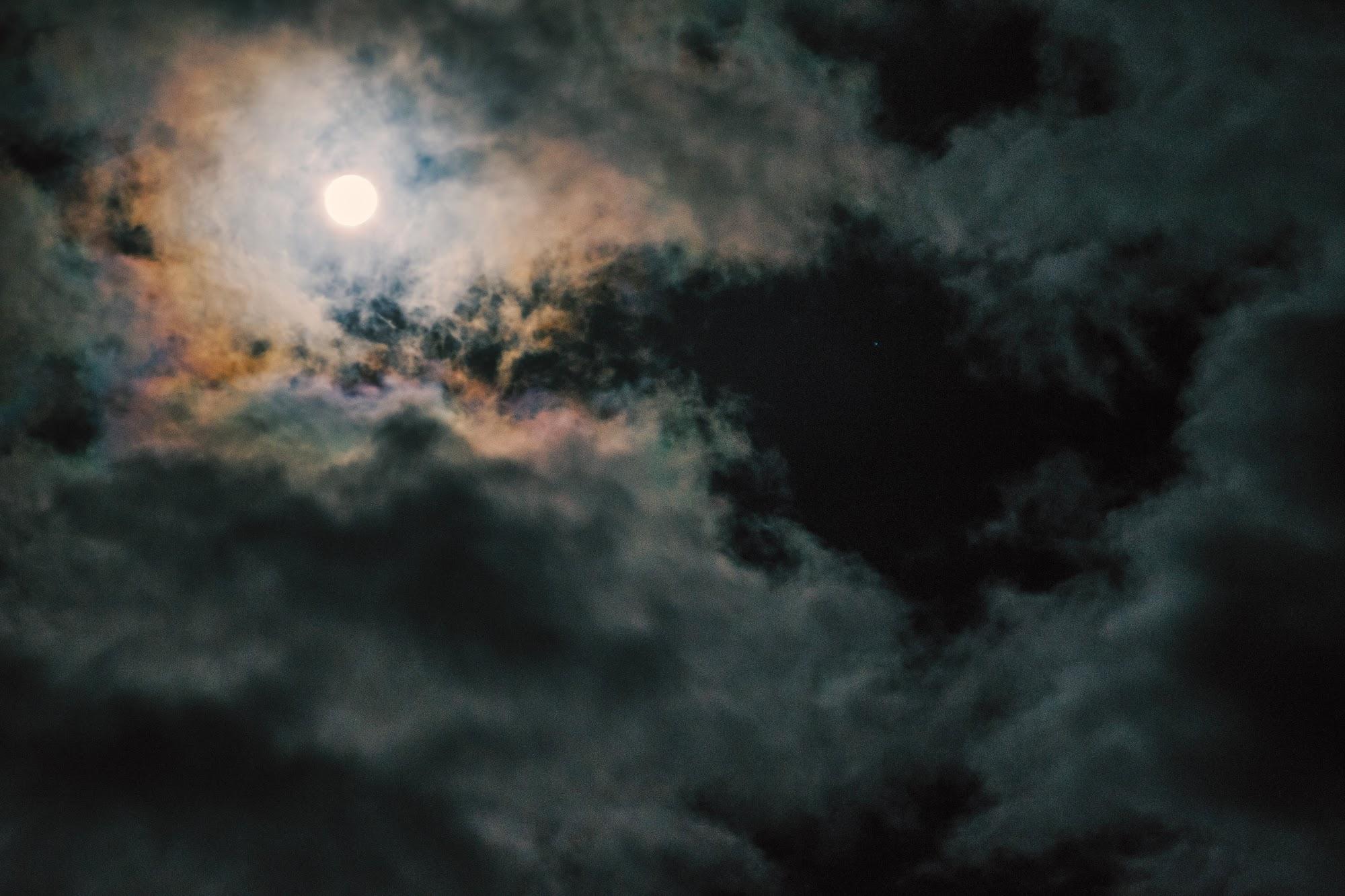 Місяць в горах