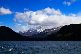 Photo: Le Fitz Roy nappé de nuages, vu du Lago Desierto, sur le bateau.