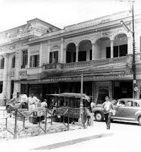 Photo: Casa Pellegrini. Em seu lugar hoje ergue-se o Edifício Pellegrini. Ao lado esquerdo, vê-se o prédio, ainda de pé, dos Correios e Telégrafos. Provavelmente foto da década de 40 ou 50