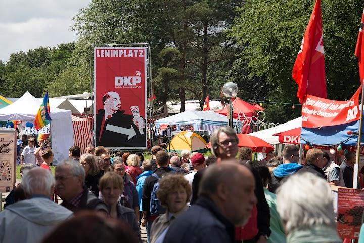 Menschenmenge, Zelte, großes Schild: «Leninplatz DKP»..