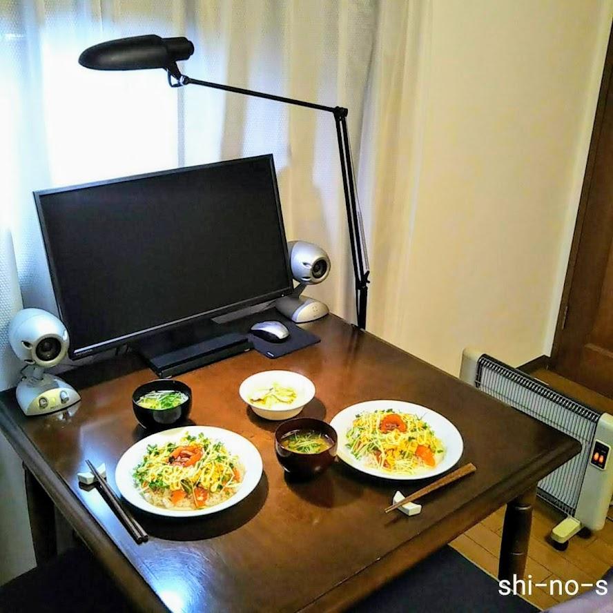 テーブルにセッティングされた、2人分のちらし寿司