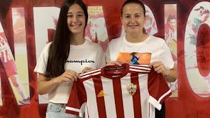 Lucía López y la coordinadora del Almería, Rocío Muñoz.