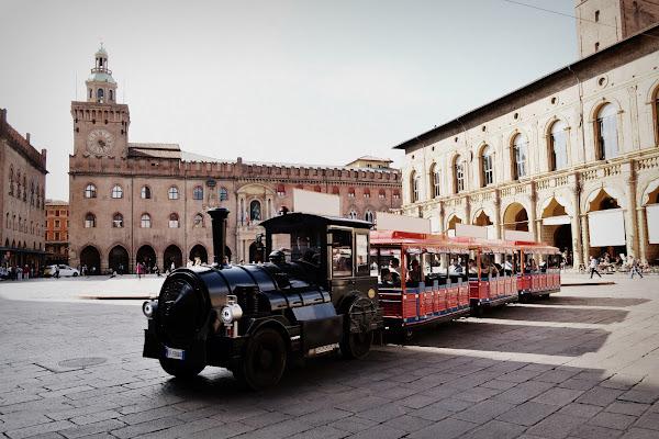 con trenino  in centro di Bologna  di malinowska