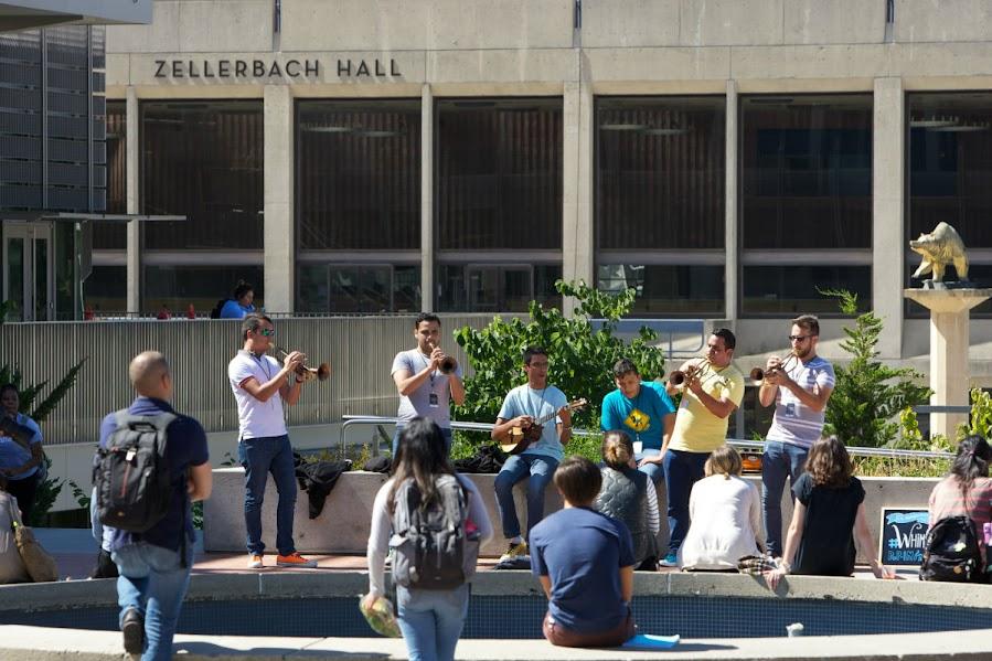 Mientras los estudiantes, empleados de la universidad y visitantes recorrían el campus también se  detuvieron para disfrutar de la música del Ensamble 7/4, integrado por músicos de Barquisimeto y Acarigua.
