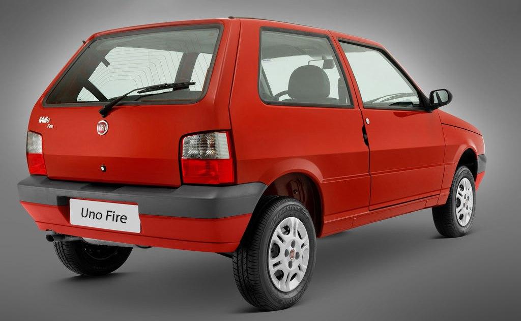 Fiat Uno Fire vermelho visto desde a traseira