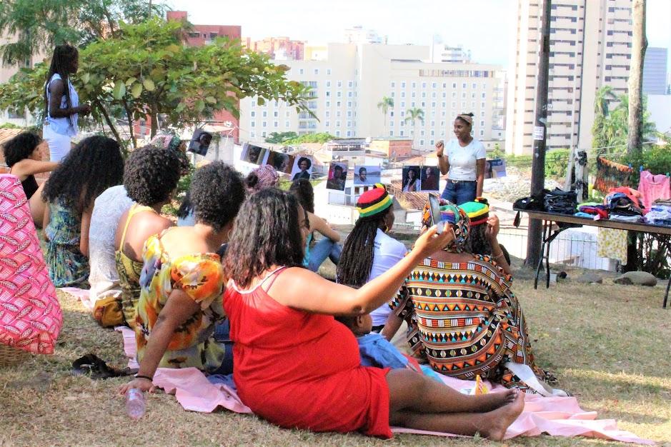 Mujeres afro de Cali escuchan a Leidy Marquínez hablar sobre el liderazgo de la mujer afrodescendiente en la loma de San Antonio, en el noroccidente de Cali.