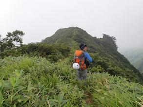 Photo: この先登山道は痩せ尾根に、歩行注意です