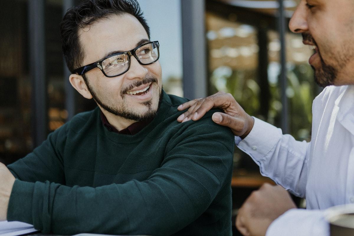 Duas pessoas conversando amigavelmente.