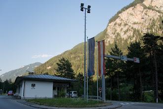 Photo: Niestety dalsza jazda główną drogą rowerem jest zabroniona. Muszę szukać alternatywy. Jadę kilka kilometrów przez Szwajcarię do Martiny.