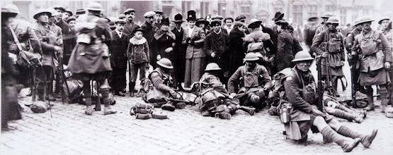 Photo: Troupes canadiennes se reposant sur la Grand-Place de Mons, le 11 novembre 1918. Canadian troops resting in the main square of Mons, 11 November 1918. Kanadische Soldaten ruhen sich am Hauptplatz von Mons aus, 11. November 1918.
