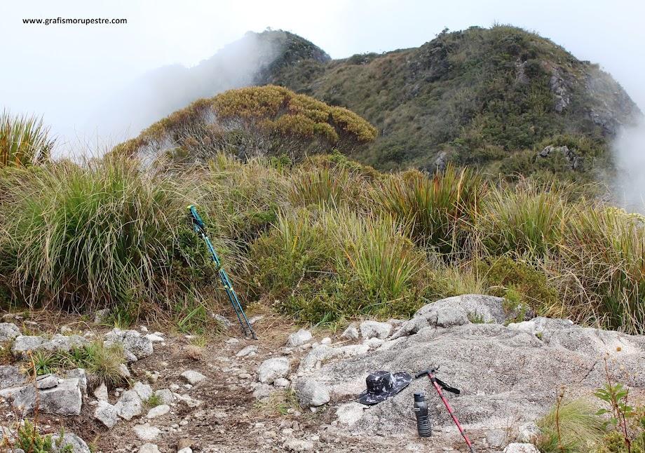 Trilha do Paiolinho - Pedra da Mina - Pico do Deus Me Livre com os três próximos morros a percorrer.