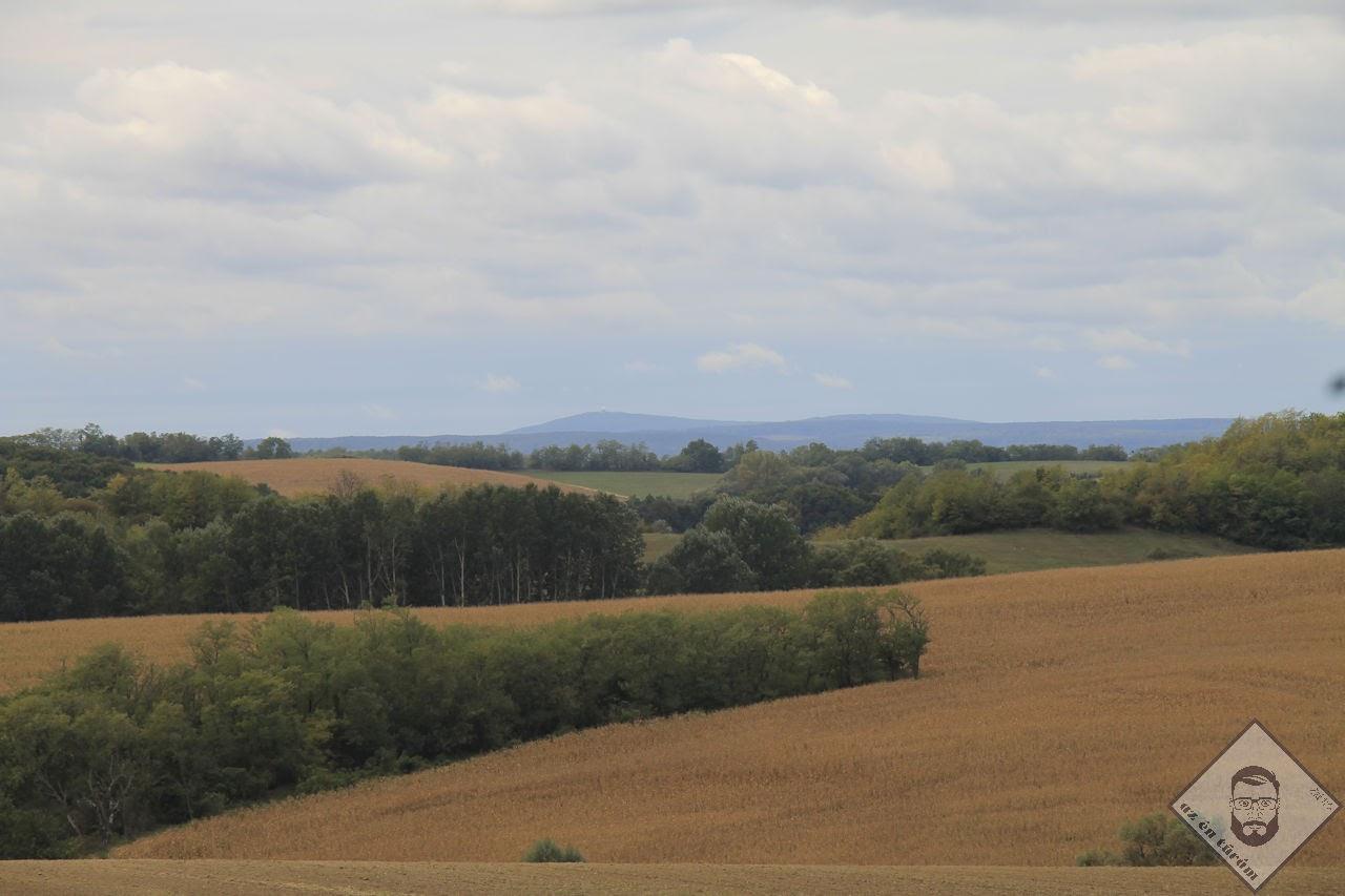 KÉP / Kilátás a Magas-Bakony felé, ahol éles szeműek a Kőris-hegyen álló radarállomást is láthatják, tőle jobbra pedig Kék-hegy magasodik