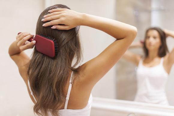 髪の静電気の原因は?