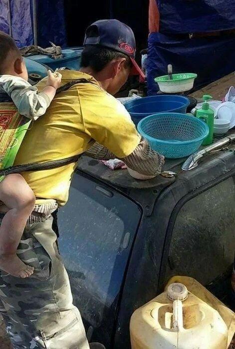 Hombre llevando a su hijo en la espalda tras quedar viudo