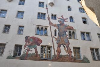 Photo: Středověký dům šlechtické regensburgské rodiny v centru města. Na fasádu domu byl v 16. století namalován biblický motiv souboje Davida s Goliášem.