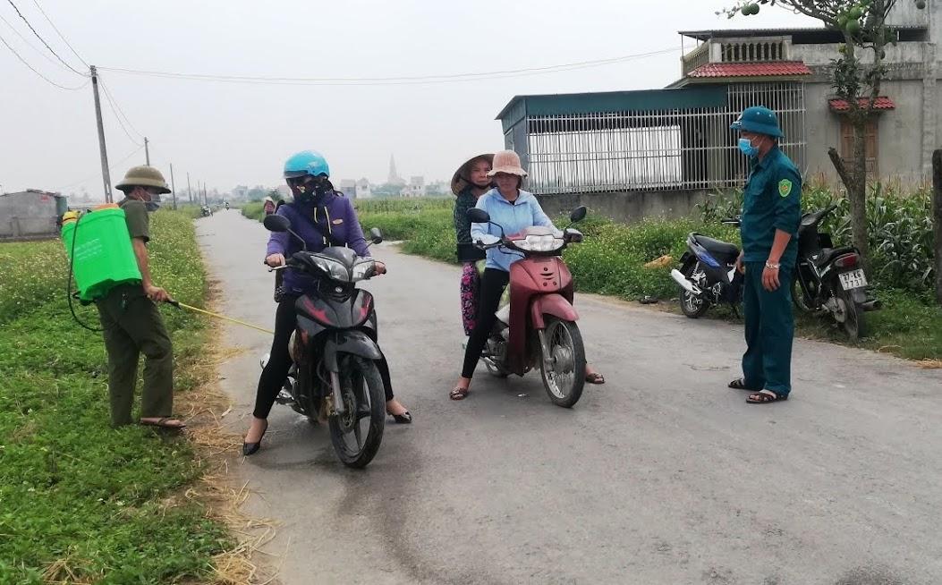 Cơ quan chức năng tiến hành phun hoá chất các phương tiện và rắc vôi bột tại vùng dịch tại xã Diễn Kim