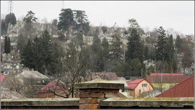 Photo: Vedere din curtea primariei, in imagine Monumentul Eroilor Sovietici si crucile de pe mormintele  Eroilor Romani - 2018.02.12